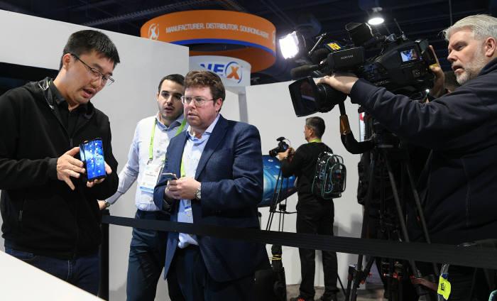 [CES 2019]첫 선 보인 폴더블 스마트폰