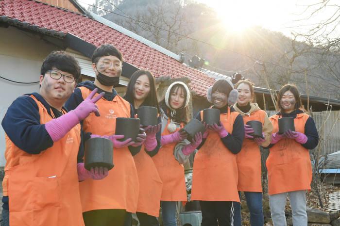 한화해피프렌즈 청소년봉사단이 강원도 폐광지역에서 연탄봉사에 참여하며 기념사진을 촬영했다.