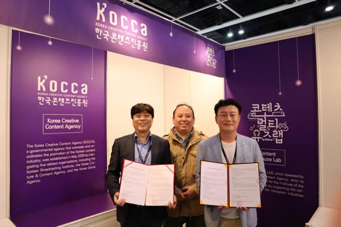 지난 7~11일 홍콩컨벤션전시센터(HKCEC)에서 열린 홍콩국제라이선싱쇼, 홍콩완구및게임박람회, 홍콩국제문구박람회, 홍콩유아용품박람회 2019의 한국공동관에 참가한 스튜디오 매크로그래프가 WIDE VNK와 업무협약을 체결했다.(좌측부터) WIDE VNK 강신옥 대표이사, 한콘진 창업지원팀 이종훈 과장, (주)스튜디오 매크로그