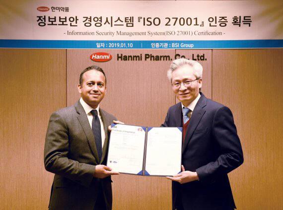 우종수 한미약품 사장(오른쪽)과 닉 메타 주한 영국 부대사가 지난 10일 서울 위례성대로 한미약품 본사에서 ISO27001 인증식 수여식 후 기념촬영을 하고 있다.