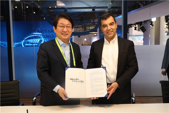 권영진 대구시장과 암논 샤슈야 모빌아이 CEO가 실시간 도로 및 교통데이터 활용 실증사업에 협력하기로 하는 MOU를 교환하고 있다.