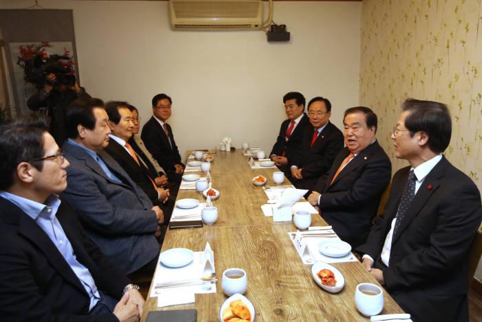 문희상 국회의장과 여야 5선 이상 중진의원 모임인 이금회가 11일 정례 오찬모임을 가졌다.