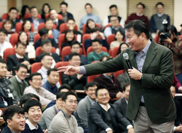 사진1최태원 SK회장이 지난 8일 서울 종로구 SK서린빌딩에서 열린 행복 토크에서 구성원들과 행복키우기를 위한 작은 실천 방안들에 대해 토론하고 있다