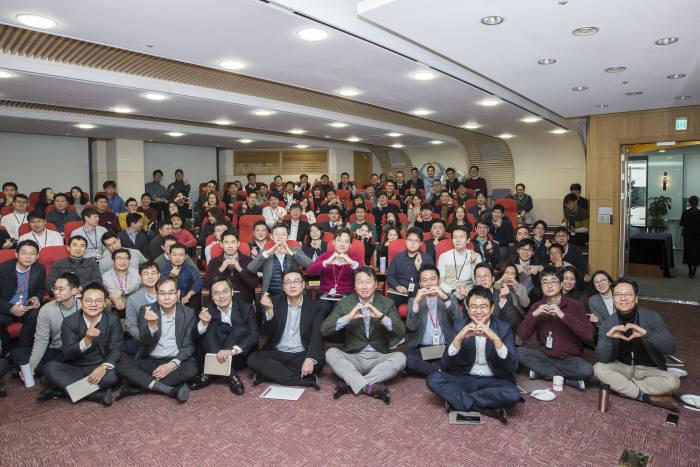 사진1최태원 SK회장이 지난 8일 서울 종로구 SK서린빌딩에서 열린 행복 토크에서 구성원들과 행복키우기를 위한 작은 실천 방안들에 대해 토론한 후 기념촬을 했다.