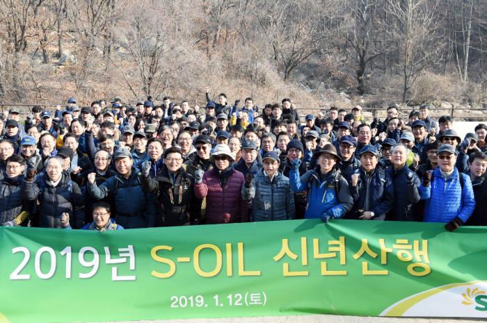 오스만 알 감디 에쓰오일 CEO(앞줄 오른쪽 6번째)와 임직원이 12일 서울 우이령길에서 트래킹 행사를 갖고 새해 각오를 다졌다. [자료:에쓰오일]