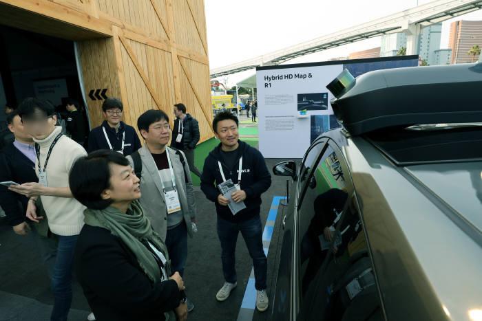 8일 행사 오픈과 함께 전시장을 찾은 한성숙 대표가 고정밀 지도 매핑 차량을 점검하고 있다. 사진:네이버