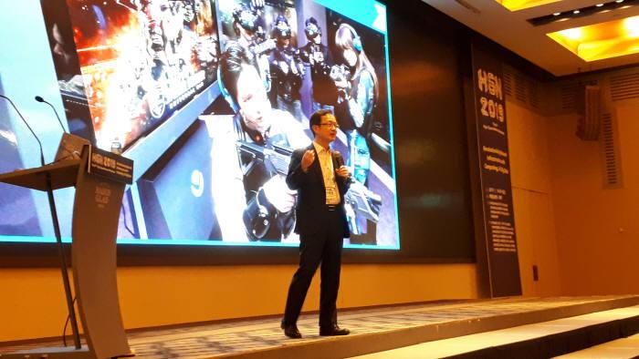 전홍범 KT 융합기술원장이 향후 5G 상용화 서비스를 설명하는 모습