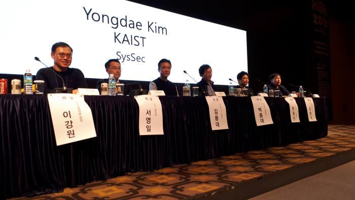 김용대 KAIST 교수를 비롯한 블록체인 분야 전문가들이 블록체인은 죽었는가?를 주제로 토론하는 모습