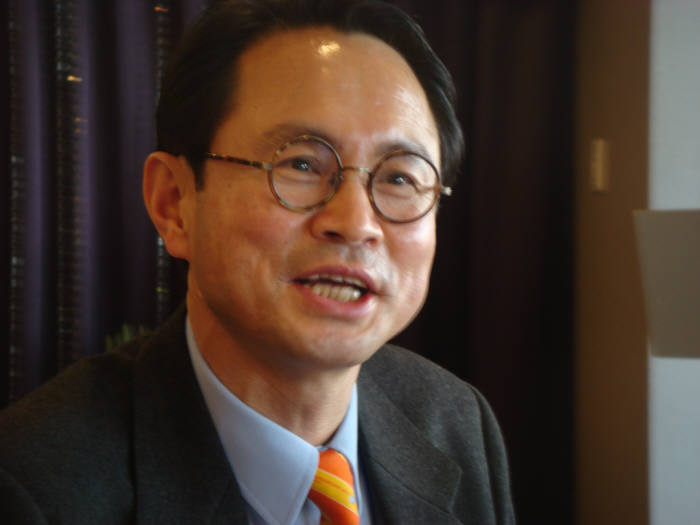 글로벌 멀티미디어 전문학회로 도약하기 위한 방안과 사업 내용을 설명하고 있는 김치용 신임 한국멀티미디어 학회장.