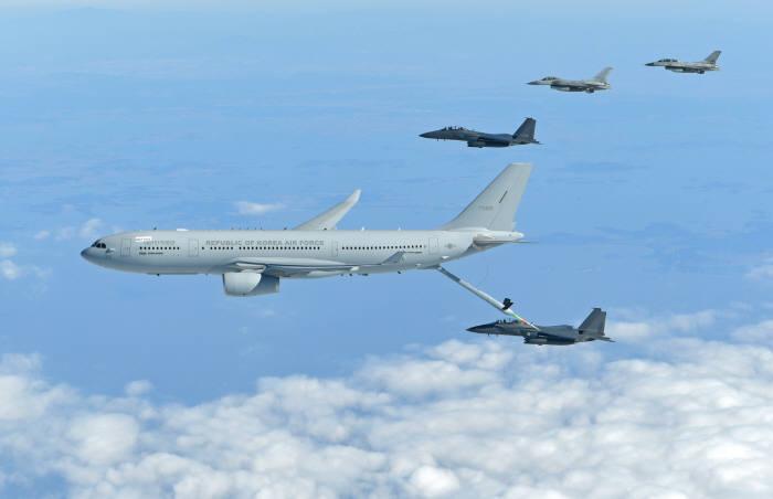 KC-330 공중급유기가 공군의 주력 F-15K 전투기에 공중급유를 실시하고 있다. 공군 제공