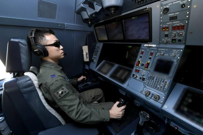 KC-330 공중급유기에서 공군 공중급유통제사가 임무 수행을 하고 있다. 공군 제공