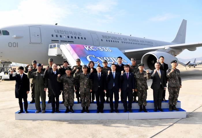 30일 김해 공군기지에서 열린 공중급유기 전력화 행사에서 정경두 국방부 장관(앞줄 왼쪽 여섯번째) 등 참석자들이 공중급유기를 배경으로 사진촬영을 하고 있다. 공군 제공