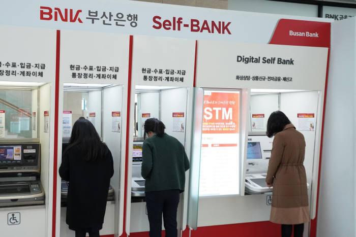 BNK부산은행이 설 연휴에도 운영하는 셀프 텔러 머신(STM)에서는 환전 예약 서비스를 사용할 수 있다.