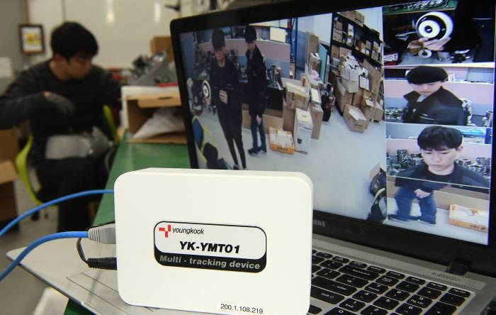 일반 CCTV와 연결해 최대 4개 까지 분할이 가능한 다중 추적 장치.