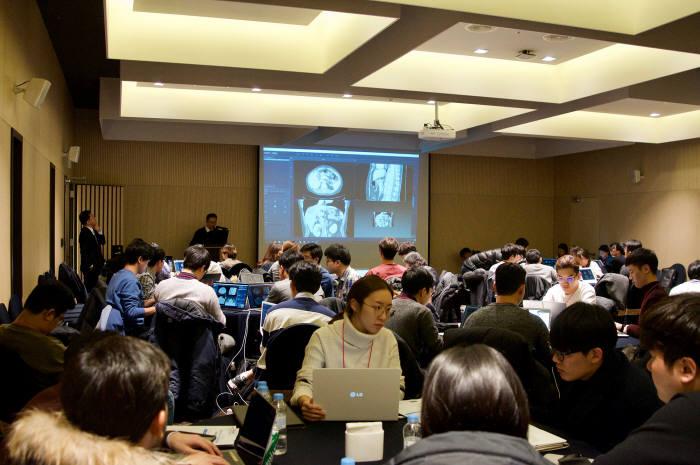지난 달 28일부터 30일까지 연세대 백양누리에서 열린 윈터스쿨에서 딥노이드 AI 전문가가 학생을 대상으로 의료영상 정보를 활용한 레이블링 실습강의를 하고 있다.(자료: 딥노이드)