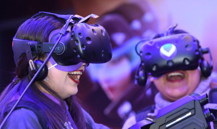 서울 신촌 V라이트에서 페루 관광객이 VR 스페셜포스 게임을 즐기고 있다. 김동욱기자 gphoto@etnews.com