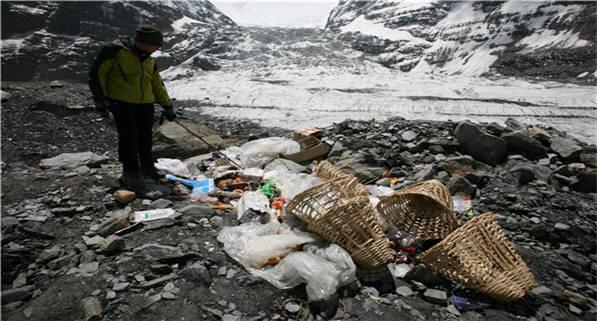 네팔 안나프루나 보호구역에 관광객에 의해 버려진 쓰레기. [자료:한국환경공단]