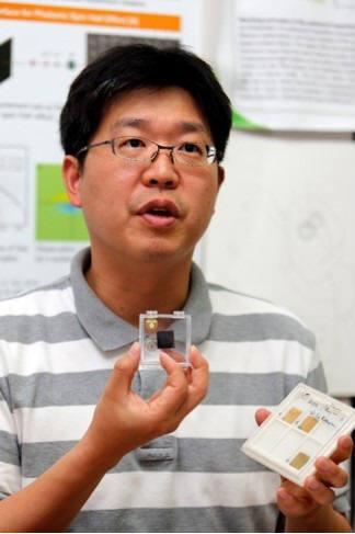 노준석 포스텍 교수가 성능이 향산된 CB램소자를 들어보이고 있다.