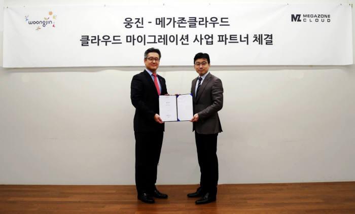 이수영 웅진 대표(왼쪽)와 이주완 메가존클라우드 대표가 서울 역삼동 메가존클라우드 본사에서 파트너 체결식을 가졌다.