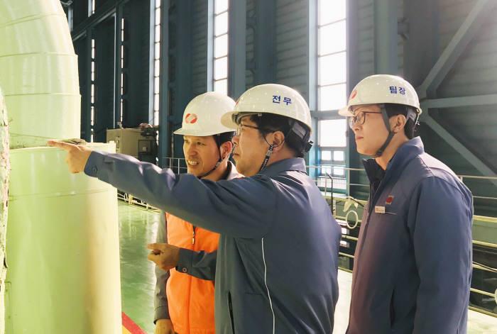 권오철 한국동서발전 기술본부장(가운데)이 현장 설비를 확인했다