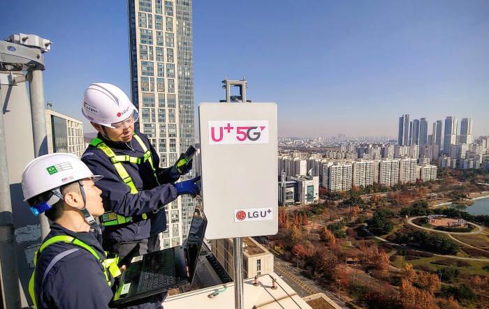 1월말까지 1만여개 기지국을 구축, 이통사 중 가장 많은 기지국을 구축한 LG유플러스는 상반기 서울, 수도권 및 광역시를 시작으로, 연말까지 주요지역 5G 커버리지를 확보할 계획이다.