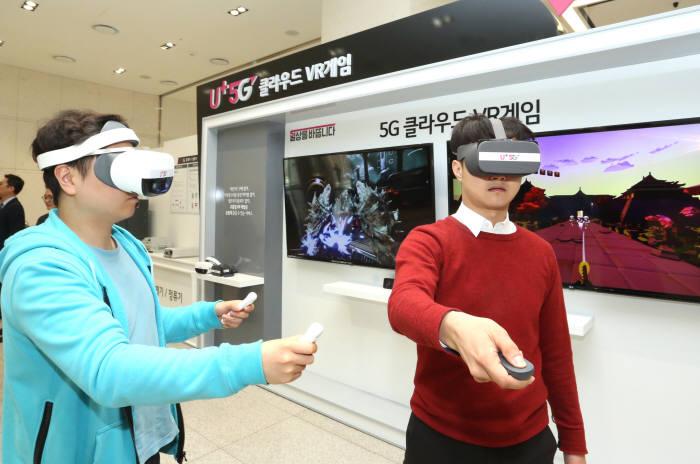 LG유플러스 직원들이 5G 스마트폰 출시로 본격화될 클라우드 VR 게임을 시연하는 모습. 클라우드 VR 게임은 5G 네트워크를 통해 VR 게임을 즐기도록 해주기 때문에 고가의 게임용 PC를 구매하거나 별도의 앱을 다운로드할 필요가 없는 것이 특징이다.