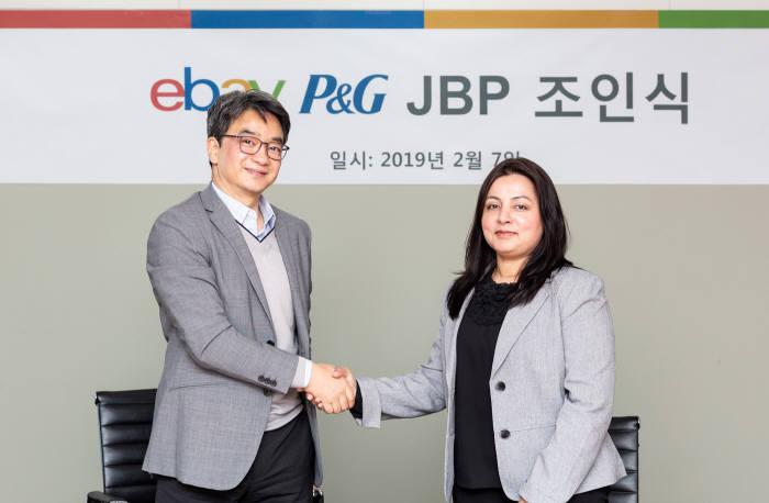 변광윤 이베이코리아 대표(왼쪽)와 발라카 니야지 한국 P&G 대표.