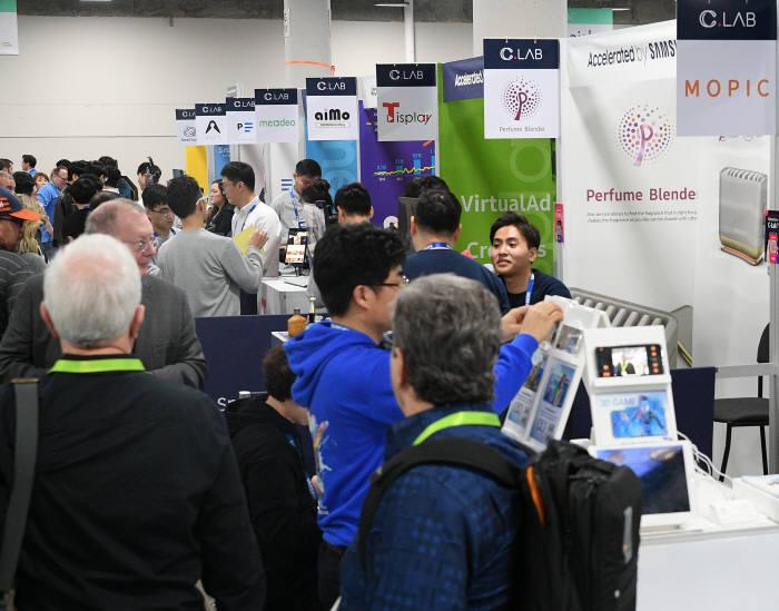 지난달 미국에서 열린 CES 2019에서 삼성전자 스타트업 육성 프로그램 C랩 전시관에 관람객들로 북적이고 있다.<전자신문DB>