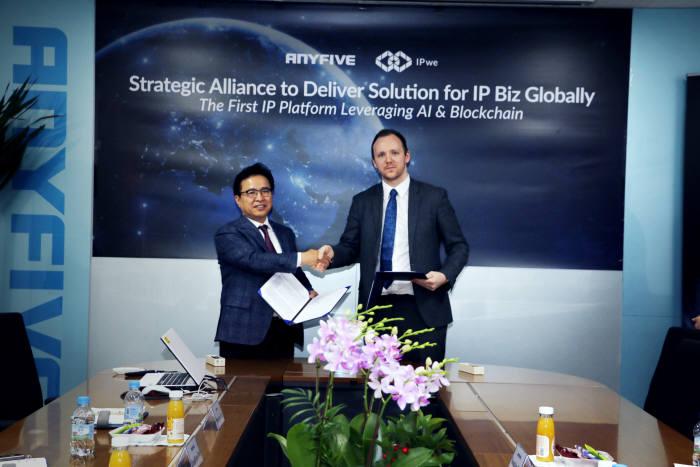 김기종 애니파이브 대표(사진 왼쪽)와 빈센트 피츠 시몬즈 IPwe 최고운영책임자(COO)가 글로벌 IP비즈니스 추진을 위한 협약식을 체결하고 기념촬영했다.