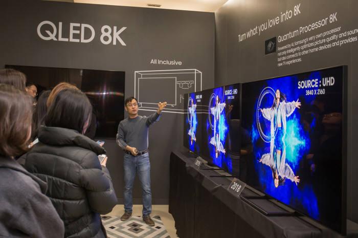 8일 경기 수원 삼성디지털시티에서 삼성전자 연구원이 2019년형 QLED 8K의 화질을 시연하고 있다.