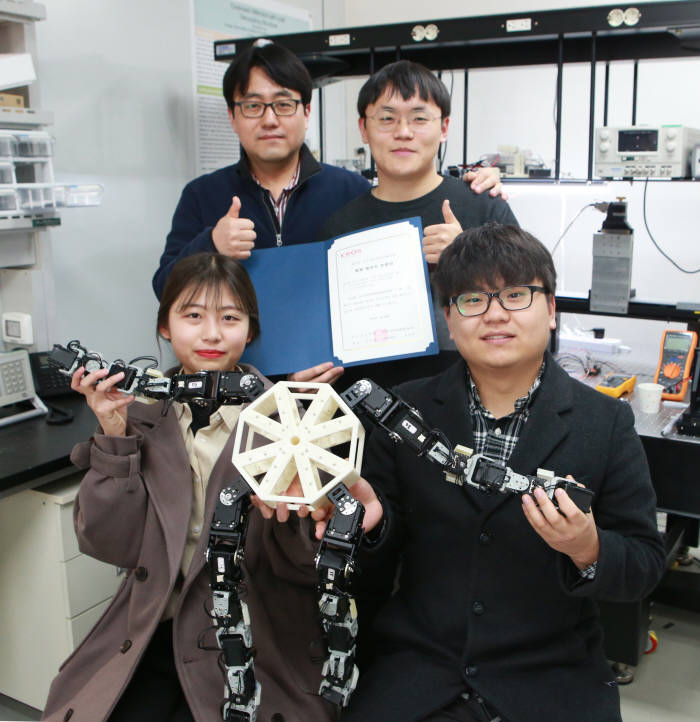 제14회 한국로봇종합학술대회에서 4족 보행로봇 개발로 학부 최우수 논문상을 받은 DGIST 학부생들과 로봇공학전공 윤동원 교수(뒷줄 왼쪽).