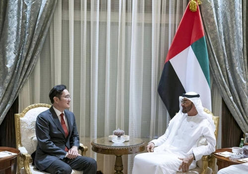 이재용 부회장(왼쪽)과 모하메드 왕세제가 5G 등 IT 분야 협력 방안을 논의했다.(사진=셰이크 모하메드 빈 자예드 알 나얀 아부다비 왕세제 트위터)