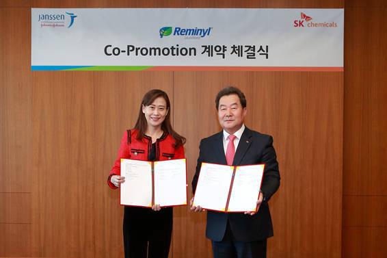 SK케미칼 라이프사이언스 비즈 전광현 사장(오른쪽)이 한국얀센 제니정 사장과 함께 치매치료제 레미닐 판매계약 체결식에서 사진촬영을 위한 포즈를 취하고 있다.