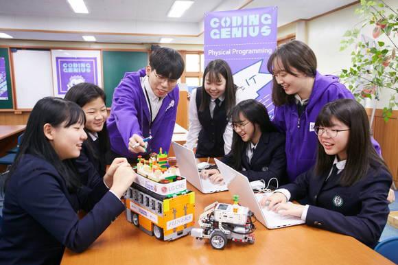 학생들이 LG CNS 제공 코딩 교육 프로그램에 참여하고 있다. LG CNS 제공