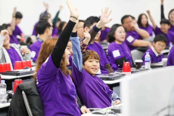 MS가 제공한 SW교육에 참여한 학생이 질문에 손을 들고 있다. MS 제공