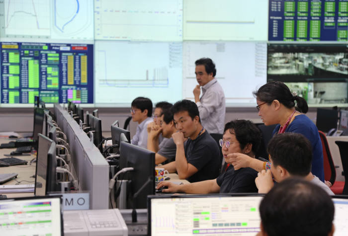 핵융합연 연구진이 KSTAR 운전 실험을 제어하는 모습