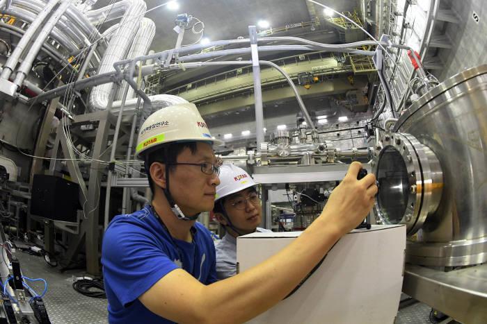 국가핵융합연구소 연구진이 한국형 초전도 핵융합연구장치 KSTAR에 중성자 입자빔 가열장치 NBI-2를 설치해 시스템을 점검하는 모습. 대전=이동근 기자 foto@etnews.com