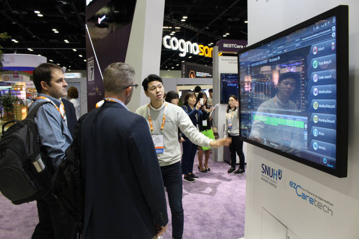 12일(현지시간) 미국 올랜도 오렌지 카운티 컨벤션센터에서 열린 HIMSS 2019 행사장에서 이지케어텍 관계자가 해외 바이어를 대상으로 베스트케어 2.0 주요 기능을 설명하고 있다.