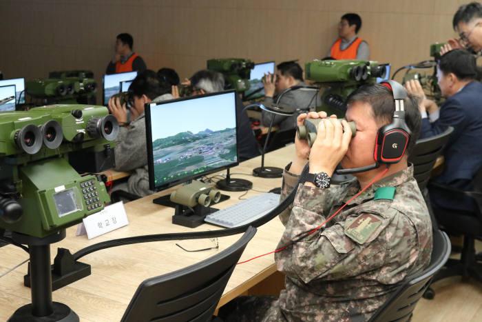 지난 12일 육군포병학교에서 실시한 합동화력시뮬레이터 전력화행사에서 관계자들이 시뮬레이터 시연을 참관하고 있다