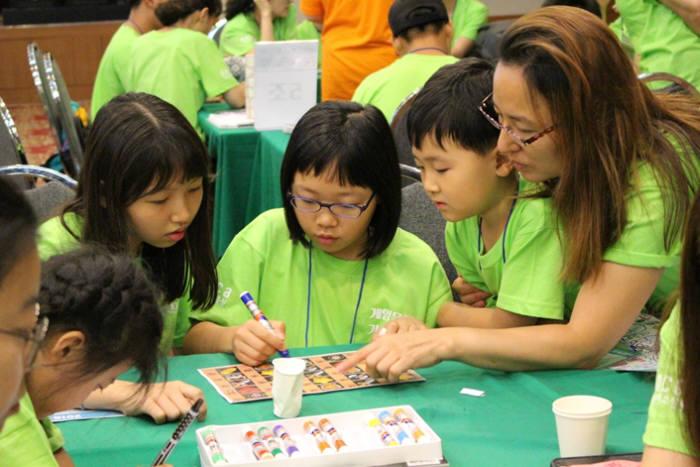 빙고 게임하는 참여 가족. 사진=한국콘텐츠진흥원