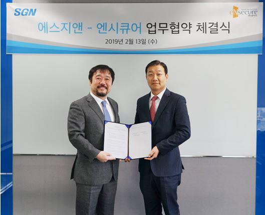 강현모 에스지앤 대표(오른쪽)와 문성준 엔시큐어 대표가 통합계정권한관리 솔루션 공동 개발을 위한 업무 협약 체결했다.