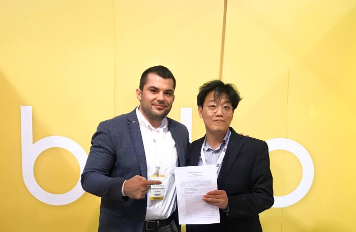 한성호 올리브헬스케어플랫폼 대표(오른쪽)와 카밀 몰도베뉴 리플레스 피지오 대표.