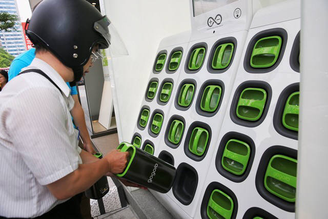 대만의 고고로(Gogoro) 서비스. 전기이륜차 운전자가 고스테이션(GoStation)에서 충전이 다된 배터리팩을 꺼내고 있다.