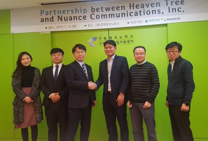 홍정원 헤븐트리 대표(왼쪽에서 세번째)와 누앙스 커뮤니케이션즈 관계자가 파트너십을 맺은 뒤 기념촬영한 모습.