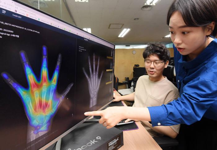 뷰노 연구진이 인공지능 기반 뼈 나이 판독 솔루션 본에이지를 점검하고 있다.(자료: 전자신문DB)