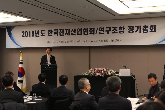 한국전지산업협회는 21일 서울 반포동 JW메리어트호텔에서 2019년도 정기총회를 개최했다. 김종현 한국전지산업협회장(LG화학 사장)이 개회사를 하고 있다.