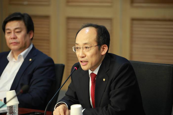 21일 국회의원회관에서 열린 문정부 정책에 희생되는 소비자, 이대로 좋은가 토론회에서 추경호 자유한국당 의원이 발언하고 있다.