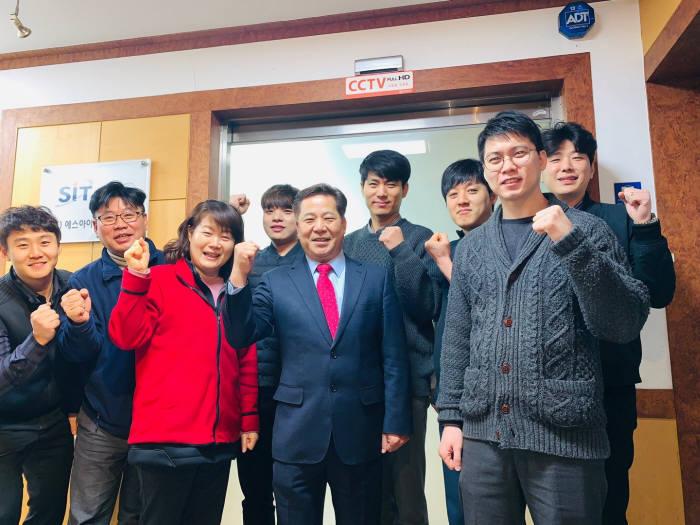 박규홍 에스아이티테크놀로지 대표(왼쪽 다섯 번째)가 임직원들과 AMI 보안모듈, IoT 로라모듈을 양축으로 재도약하겠다고 다짐하고 있다.