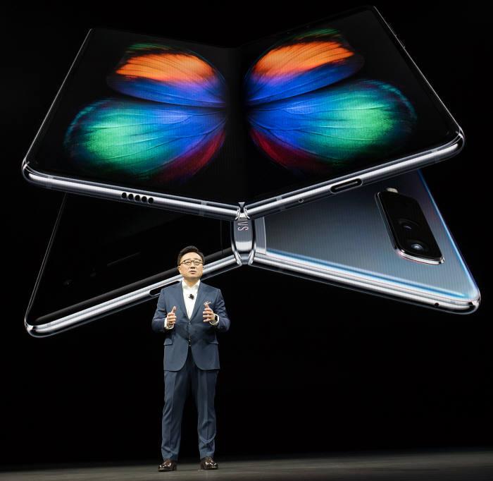 최근 공개된 삼성전자 첫 폴더블 스마트폰. 고동진 사장이 갤럭시 폴드를 소개하고 있는 모습.