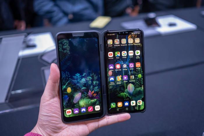 LG전자 5G폰 (오른쪽)LG V50 씽큐 5G(LG V50 ThinQ 5G)를 LG 듀얼 스크린에 장착해 사용하는 모습